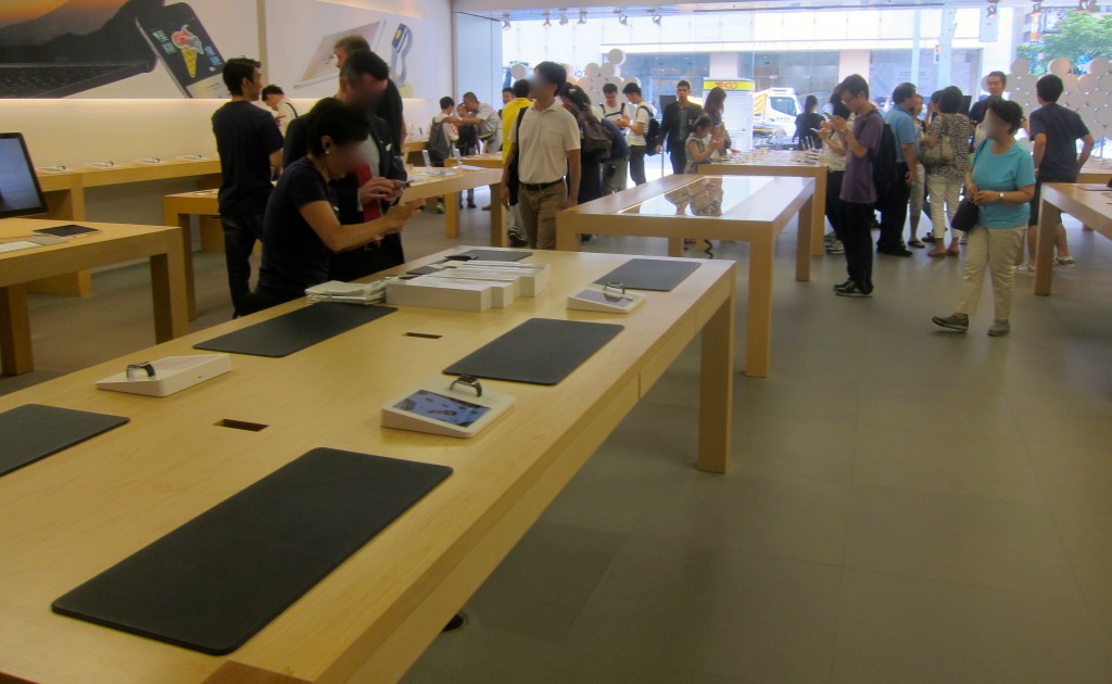 Apple Ginza Store with Little Interest in Watch